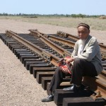 Добивающийся справедливости 90 летний ақсакал Акимджанов Танабек жалуется - подрядчики КТЖ начали строить на его земле железную дорогу и другие объекты не оформив документы, не оплатив компенсацию.