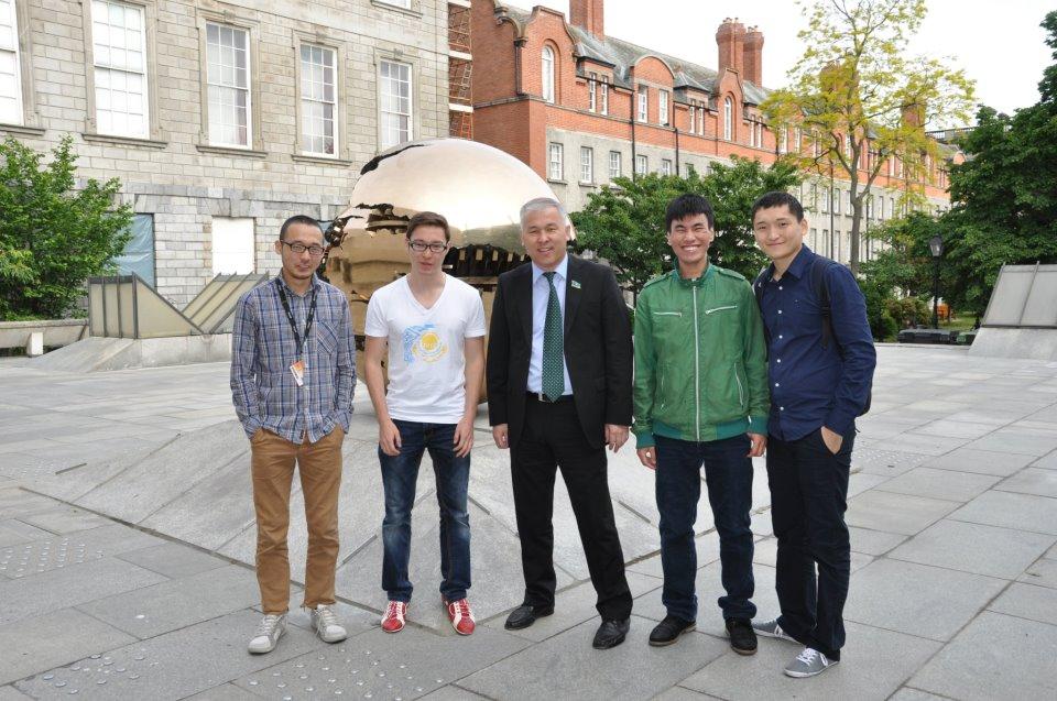 9. На третий день утром перед рейсом успел встретиться со студентами и докторантами болашаковцами Тринити-колледжа - Trinity College, Dublin основаный в 1592 году старейший и престижный ВУЗ. Наши ребята обуча